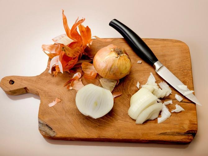 Kuća vam posle spremanja ručka miriše na luk? Evo genijalnog rešenja