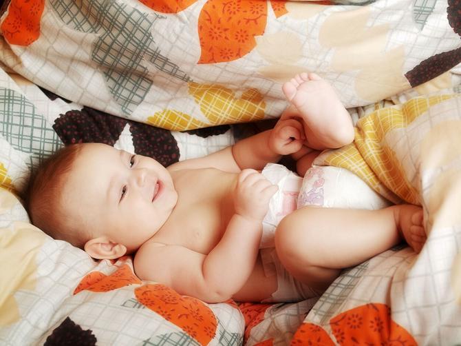 Ljuljanje u ćebetu ili  prostirci levo-desno može se sprovoditi u najranijem uzrastu, od prvog  meseca