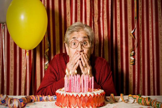 Devojke mogu samo da joj zavide! Ova baka je proslavila 105. rođendan na neverovatan način