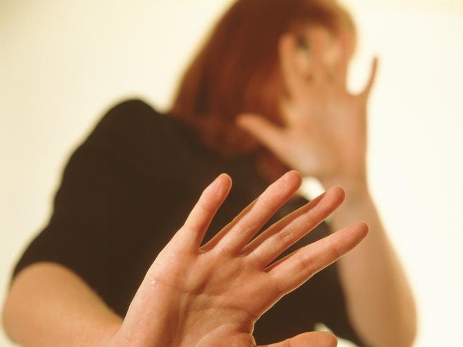 Još jedan slučaj porodičnog nasilja u Leskovcu: Maltretirao je ženu celog dana, a na kraju je NATERAO DA POPIJE OTROV