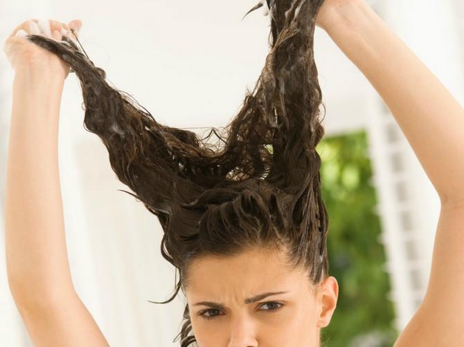 Muškarci PREKLINJU frizere svojih devojaka: Recite im da operu kosu, UŽASNO SMRDI - i to zbog OVOG TRENDA