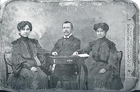 Fotografija iz 1904. Na slici Jelisaveta, brat Jovan i starija sestra