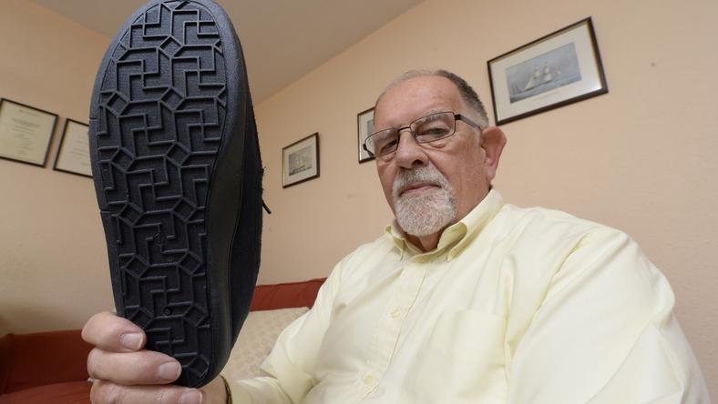 Rendelt egy cipőt a netről, majd felháborodott, mert a talp tele volt horogkeresztekkel