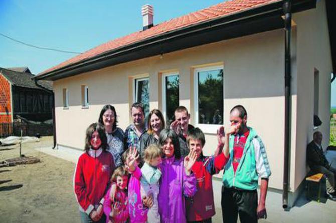 Njihov život sa sedmoro dece u udžerici bio je STRAHOTA: A onda su Petkovići za Uskrs dobili najlepši poklon - NOVU KUĆU!
