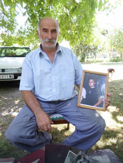Milenko Markovic sa slikom ubijenog sina Gorana