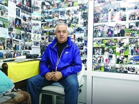 Hido Muratović okružen fotografijama porodica kojima je pomogao
