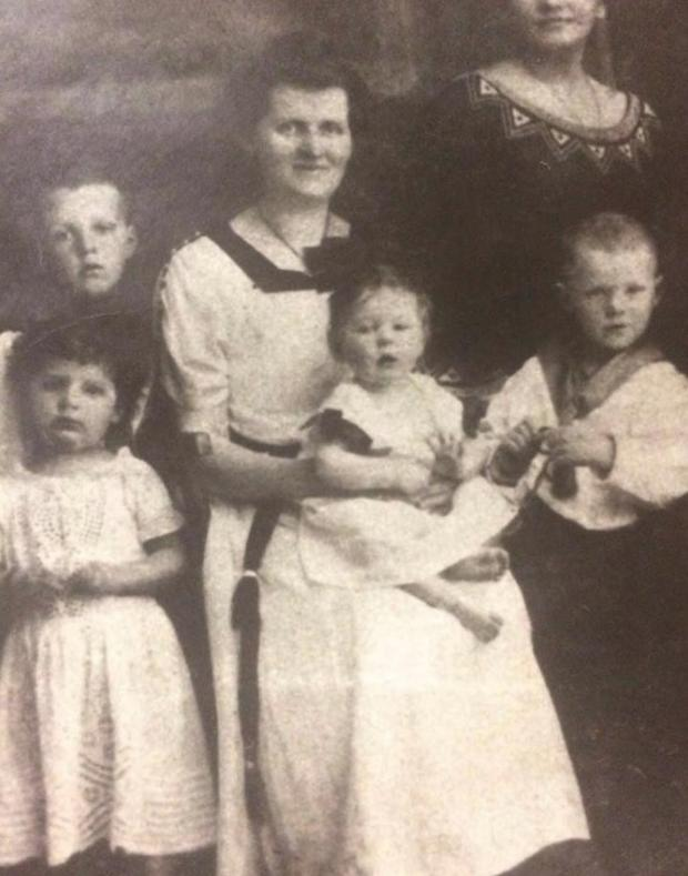 Tetka Ana u krilu svoje majke