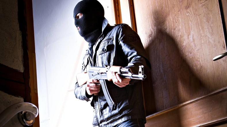 Döbbenetes bűncselekmény: gazdag cigány embereket akart ölni az ügyészség szerint egy gépfegyveres, magyar páros