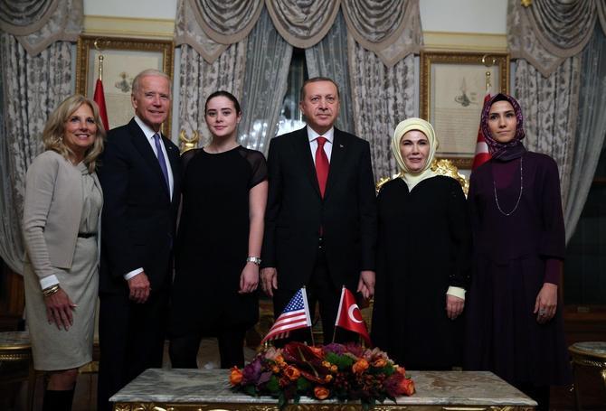 Sumeja sa roditeljima, bivšim američkim potpredsednikom Džoom Bajdenom, njegovom suprugom Džil Bajden i njihovom ćerkom 2016. u Istanbulu