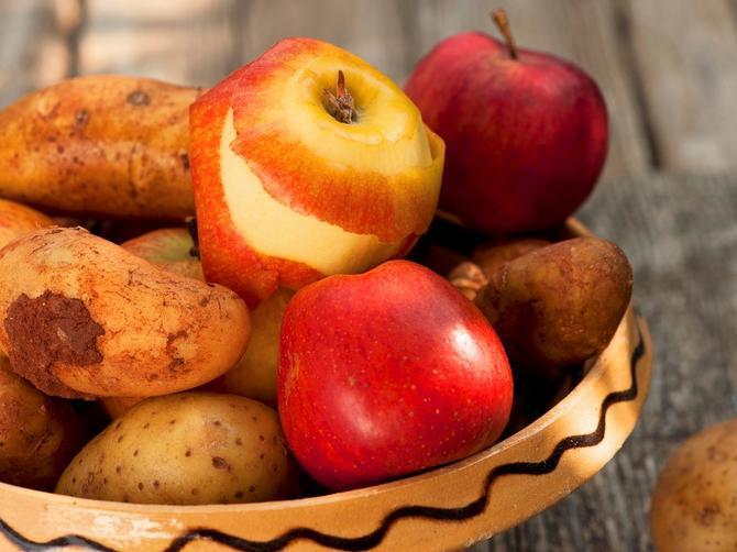 Zašto treba da držite jabuke među krompirom, a luk ni slučajno