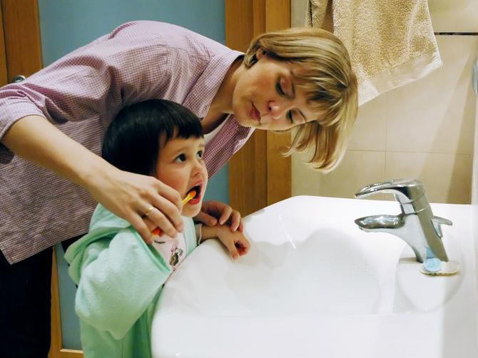 Mislite da radite dobro, a zapravo grešite: 5 razloga zbog kojih vam deca imaju pokvarene zube