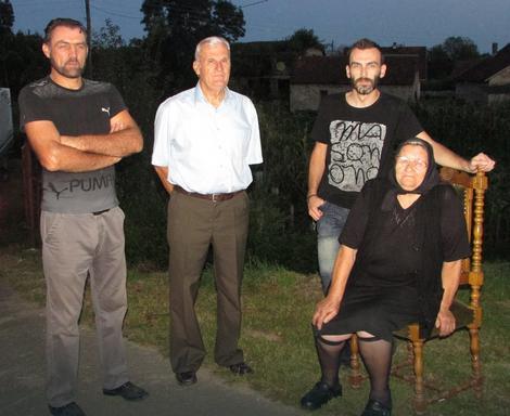 Nenad Vukić sa sestrom i rođacima
