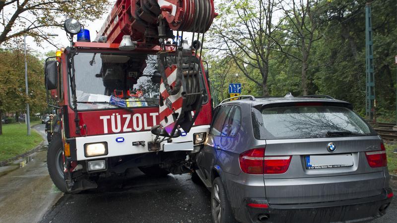 Újabb baleset: kidőlt fához siető darus tűzoltóautó karambolózott a II. kerületben - helyszíni fotók
