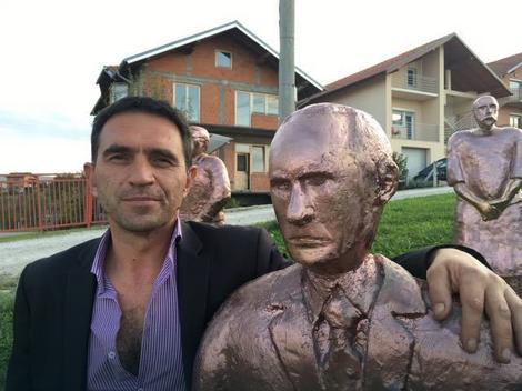 Stevo Selak sa skulpturom Vladimira Putina