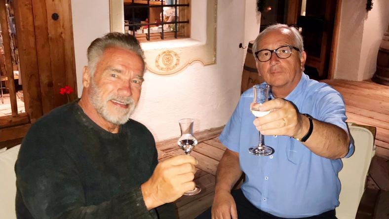 Arnold Schwarzenegger, Kalifornia korábbi kormányzója és Jean-Claude Juncker, az Európai Bizottság elnöke koccintással indította a találkát /Fotó: Twitter