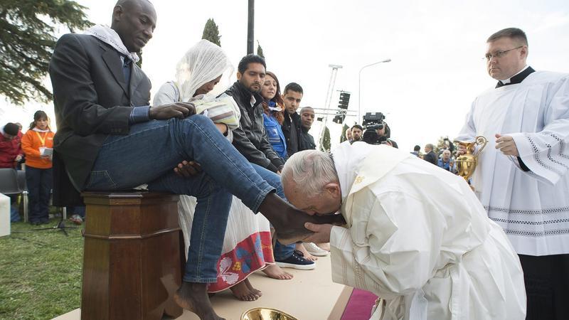 Menekültek lábfejét csókolta Ferenc pápa