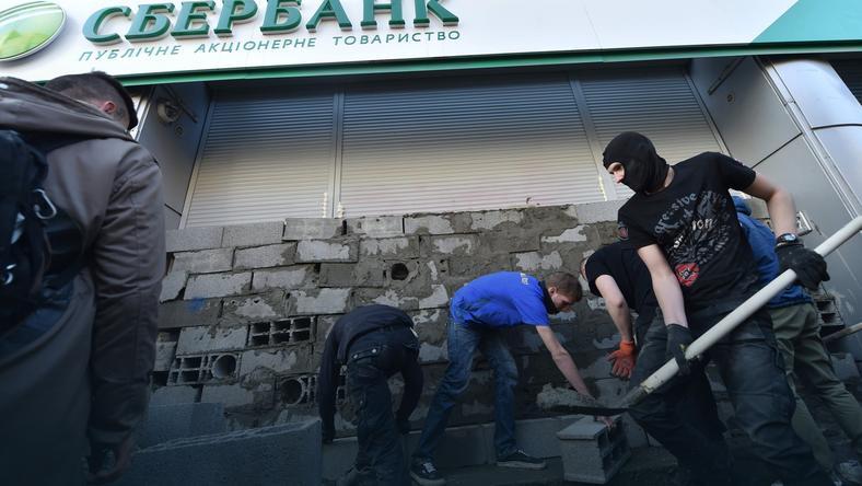 Aktywiści i studenci zamurowali fasadę siedziby rosyjskiego Sberbankuw Kijowie