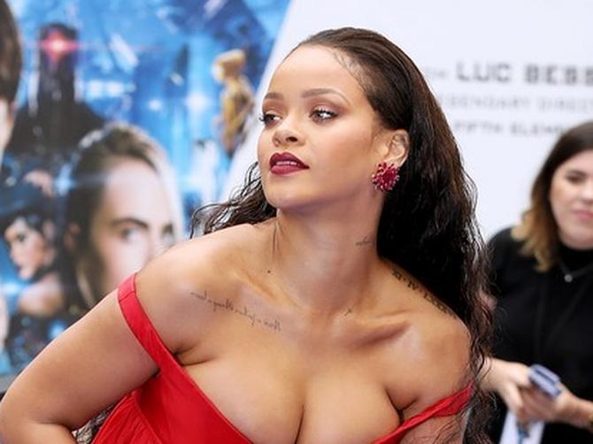 Rijani umalo ispale BRADAVICE na crvenom tepihu, ali zbog DRUGE STVARI ovu haljinu nijedna žena NE SME da obuče!