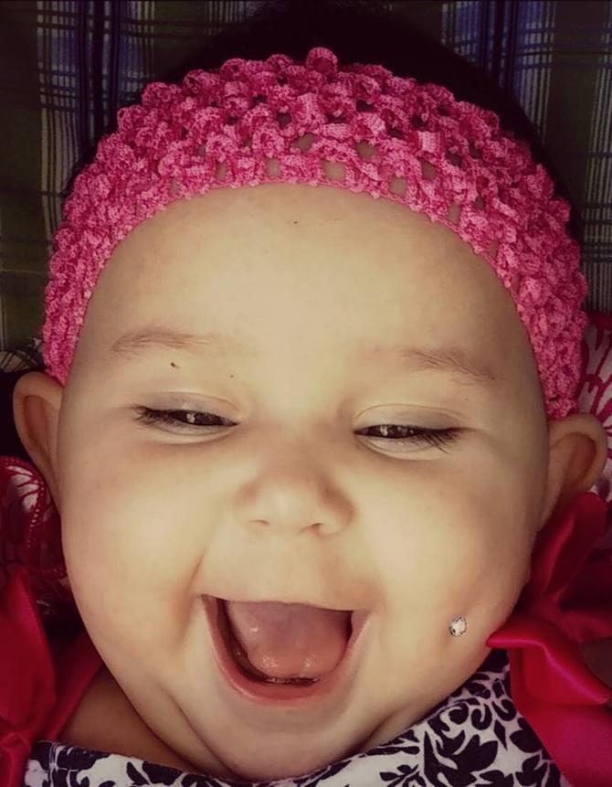 Izbušila je bebi obraz da bi poslala poruku