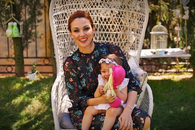 Poznata manekenka otkrila šta je njenoj bebi pomoglo kad su joj nicali zubi