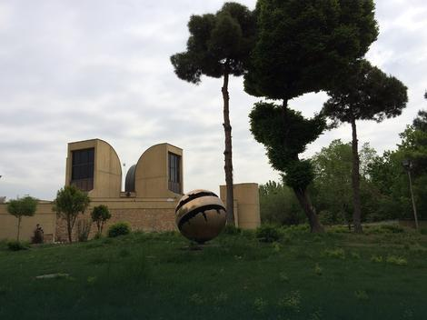 Skulptura Arnaldo Pomodora ispred teheranskog MSU