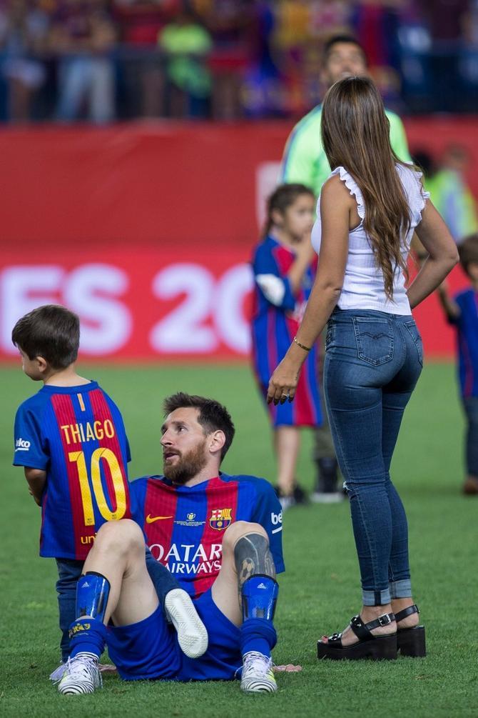 Antonela i Lionel Mesi sa sinovima na stadionu u Barseloni