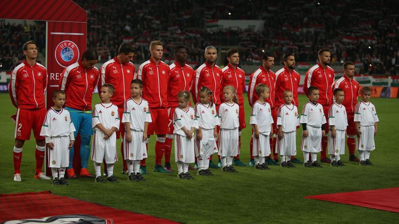 A magyar gyerekek kísérték a svájci csapat tagjait  Fotó  Isza Ferenc 8635988a36