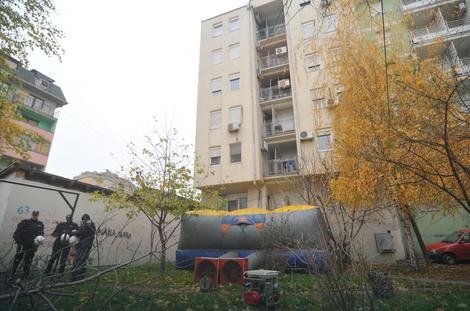 Spasilački dušek na naduvavanje ispod terase porodice Jakšić
