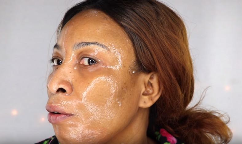 Applying mask on the face (Khichi Beauty)