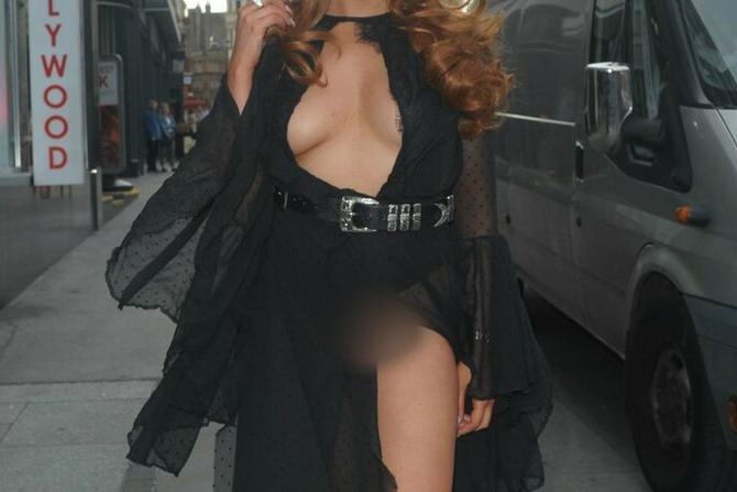 U ovoj haljini jedan pogrešan korak otkriva sve!
