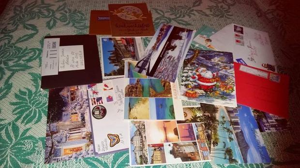 A betegeskedő tini csodálatos kincsként őrzi az ünnepekre küldött színes képeslapokat