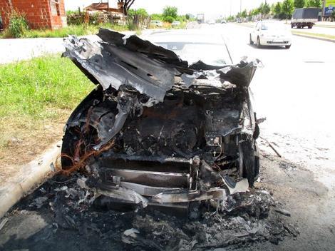 Luksuzni mercedes izgoreo je na Somborskom bulevaru u Nišu