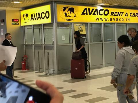 POKUŠALA DA SE SAKRIJE: Ana Ivanović stigla u Beograd bez Švajnija, evo ko ju je sačekao!