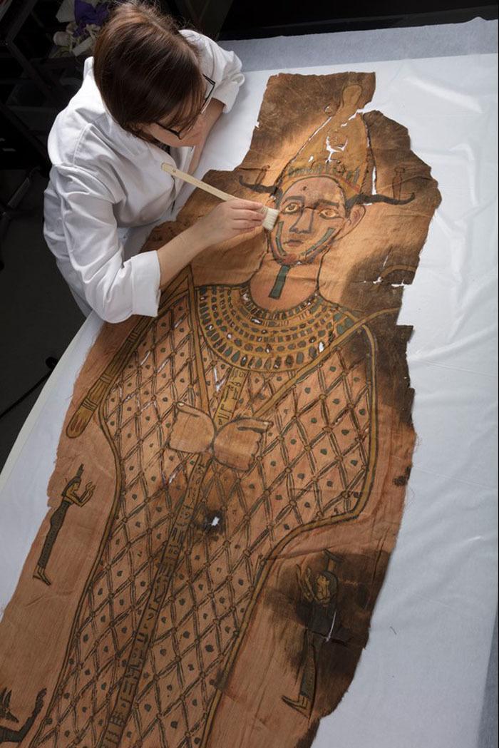 Nakon 80 godina provedenih u skladištu otkriven pokrov za mumije star DVA MILENIJUMA - Blic (сатира) (саопштења)