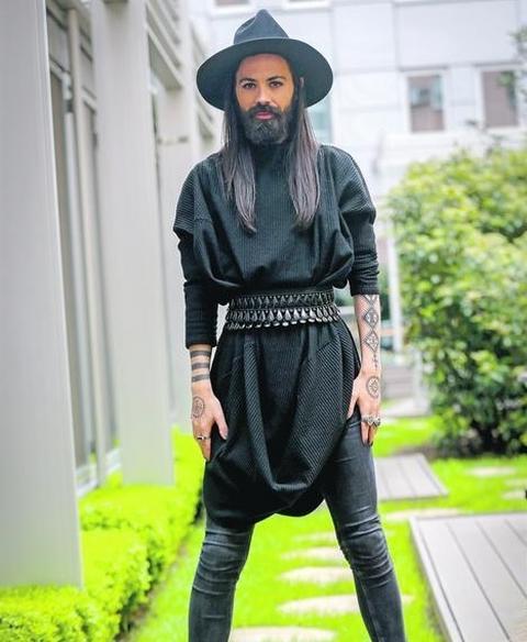 Danas peva u glamuroznim haljinama, a evo kao je Božo Vrećo izgledao nekada (FOTO)