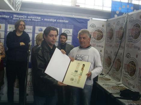 Pisac Dejan Stojiljković sa pobednikom konkursa