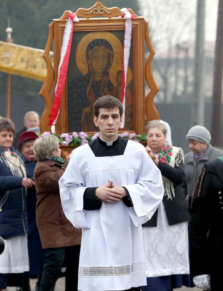 Syn Beaty Szydło asystuje do mszy