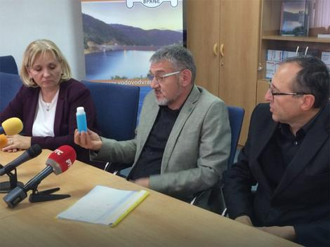 "Direktor ""Vodovoda"" Goran Đorđević drži uzorak plave vode"