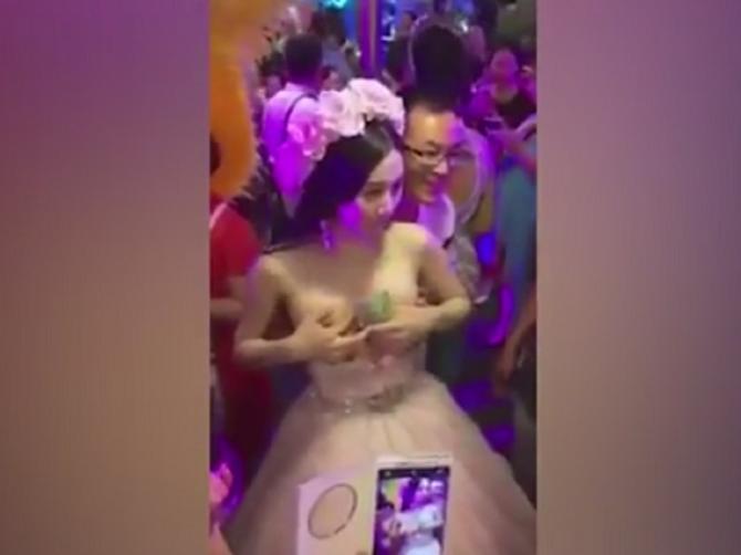 Luđe od najluđeg: Ova mlada je dozvolila gostima da joj diraju grudi. Razlog je bizaran