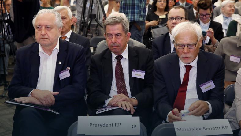 Prezes Trybunału Konstytucyjnego Andrzej Rzepliński, były prezes TK i były rzecznik praw obywatelskich Andrzej Zoll oraz sędzia Trybunału Sprawiedliwości Unii Europejskiej Marek Safjan