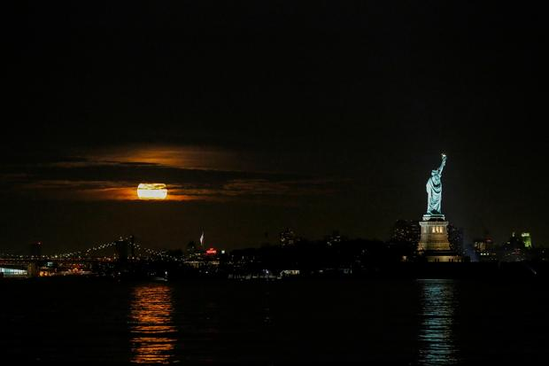 Supermesiac nad New Yorkom. Foto: Reuters
