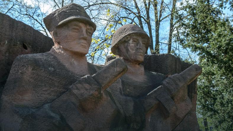 Pomnik ku czci żołnierzy sowieckich i polskich powstał w Puławach w 1987 roku