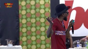 Omashola performs one of 2Baba's hits as he visits BBNaija 2019 Pepper Dem house to celebrate his 44th birthday. [Twitter/BBNaija]