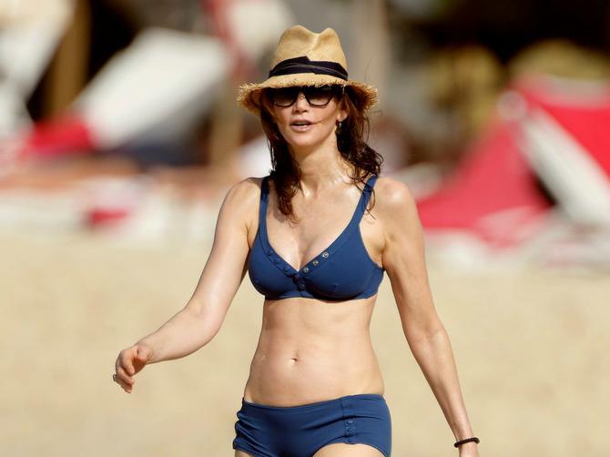 Senzacija na plaži u 57. godini! Ženi slavnog Bitlsa u ovom bikiniju zavide i duplo mlađe