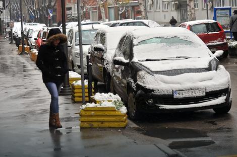 Sledi čišćenje: Sneg na automobilima u Nišu