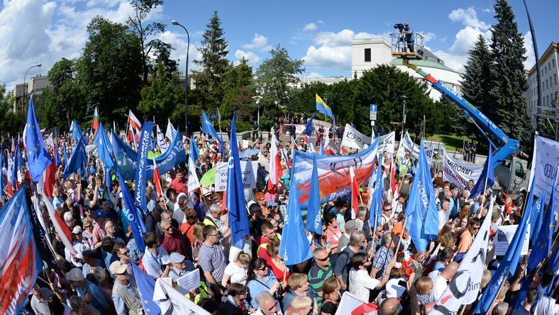 Demonstracja przed Sejmem. Opozycja protestuje przeciwko reformie sądownictwa