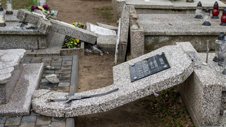 SKĘPE CMENTARZ DEWASTACJA (zdewastowany cmentarz)