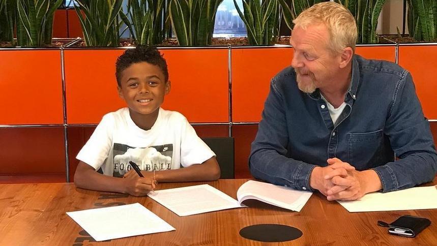 9-letni syn legendy podpisał profesjonalny kontrakt