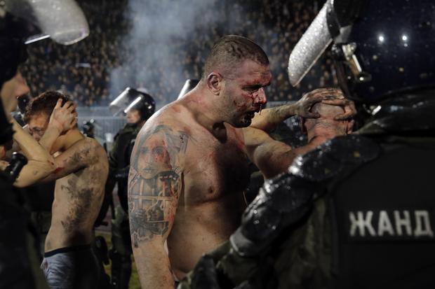 Brutális vérfürdő: péppé verték egymást a szurkolók a bajnoki meccsen - videó