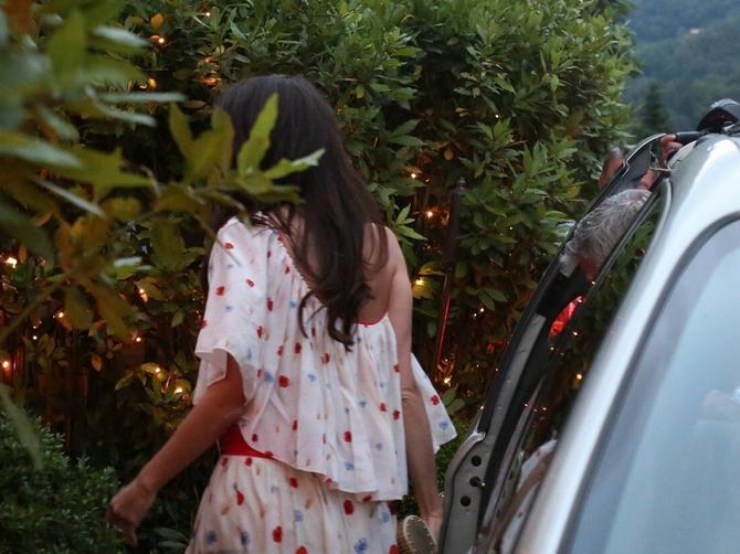 Pre mesec dana rodila je blizance: Amal Kluni uslikana u Italiji, jedna SITNICA na njoj je IMPRESIVNA!